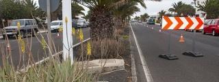Obras de embellecimiento y ajardinamiento en la  avenida de Las Palmeras en Costa Teguise