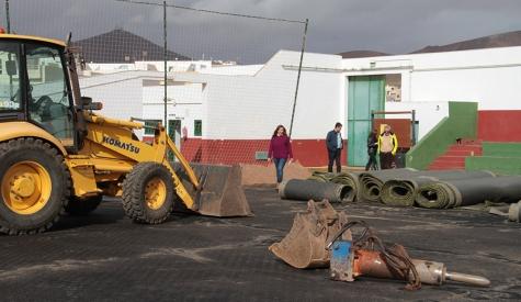 A buen ritmo las obras de mejora y reposición del césped artificial del campo de fútbol de Argana Alta